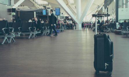 Cestovní kufr připravený v letištní hale.