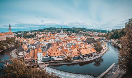 Hrad a zámek Český Krumlov viditelný při při celkovém pohledu na město.