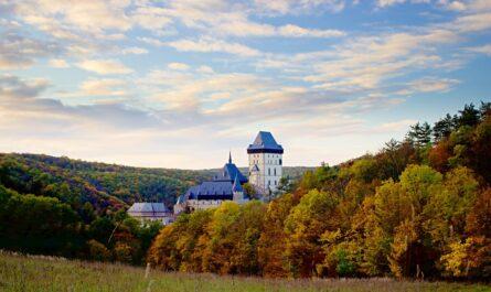 Hrad Karlštejn zasazený do krásné přírody.