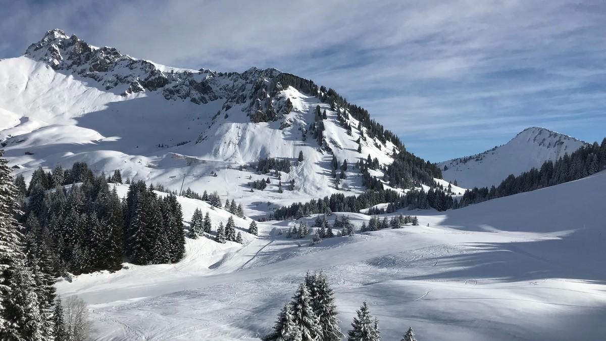 Překrásné zasněžené kopce vhodné pro lyžování.