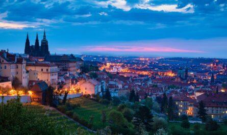Pražský hrad zachycený na fotografii větší části Prahy.