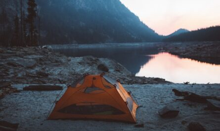 Stan v přírodě postavený u horského jezera.