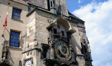 Staroměstská radnice, na které se tyčí Pražský orloj.
