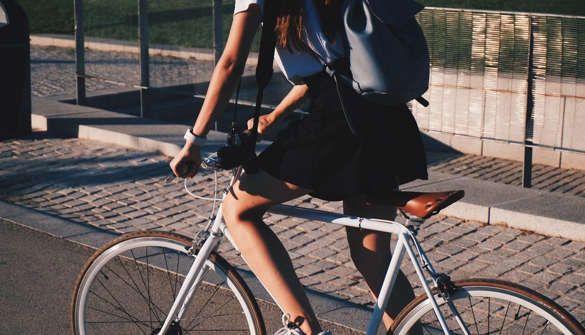 Dívka na kole využívající tamní cyklostezky.
