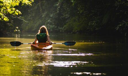 Dívka na kajaku si užívá oblíbené vodácké stezky.