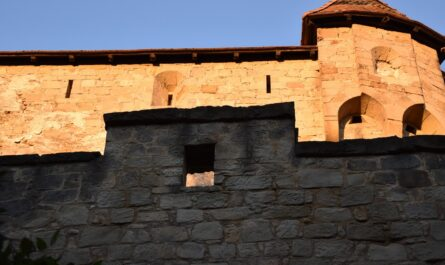 Hrad Kašperk při bočním pohledu na kamennou stěnu.