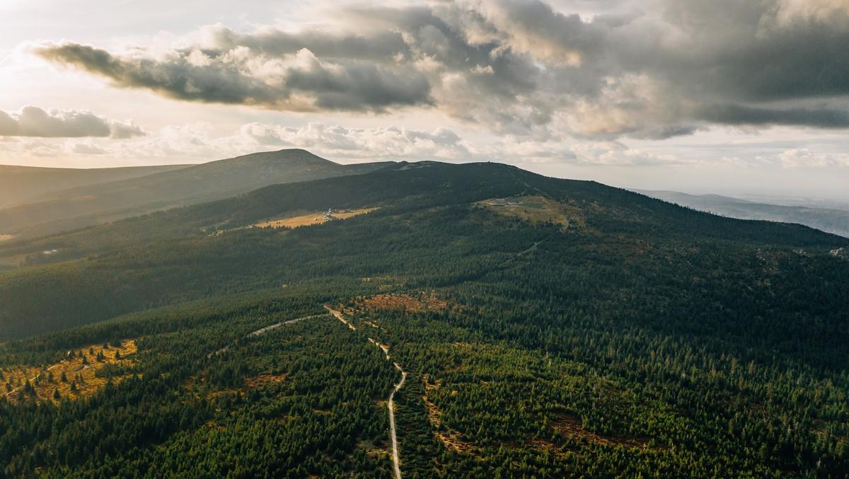 Sněžka patří mezi nejvyšší hory Česka.